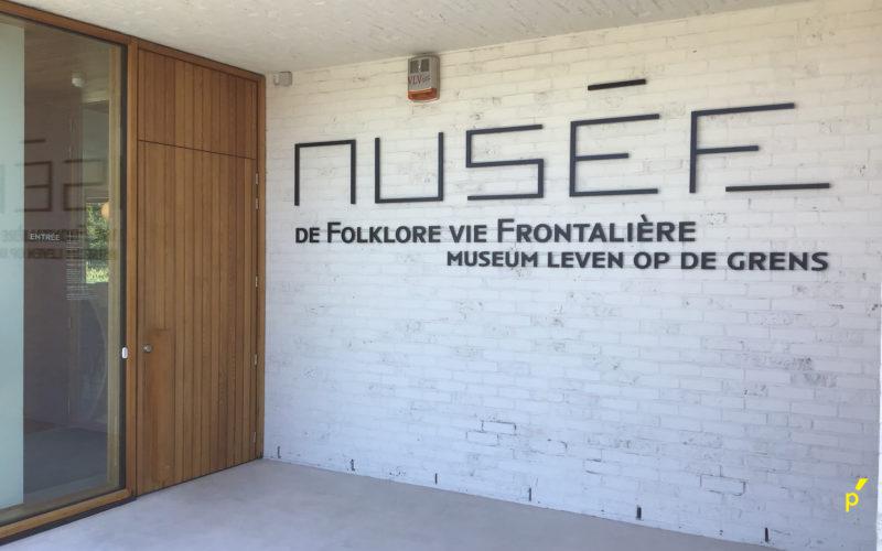 Musee De Folkore Reliëfletters Publima 01